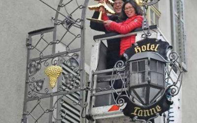 Wirtshausschild aufgehängt Hotel Tanne
